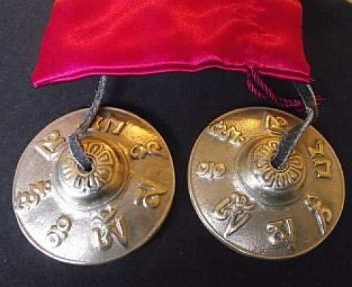 Tibetano buddista mano Bells in rilievo con il Mantra del Buddha della Compassione ' OM MANI PADME HUM ' , Hail to the gioiello nel cuore della Lotus , 65 centimetri di diametro. Viene in un raso rosso coulisse custodia per il trasporto - venduto da doni spirituali . Di solito viene spedito entro 2 giorni lavorativi .