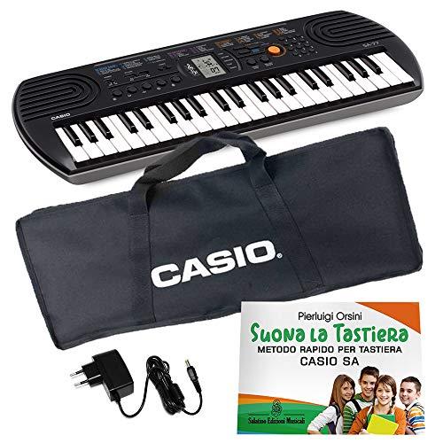 """Kit Pianola Tastiera Casio SA 77 (fondo Grigio) con Borsa Casio (con 2 maniglie), Alimentatore e Metodo """"Suona la Tastiera"""""""